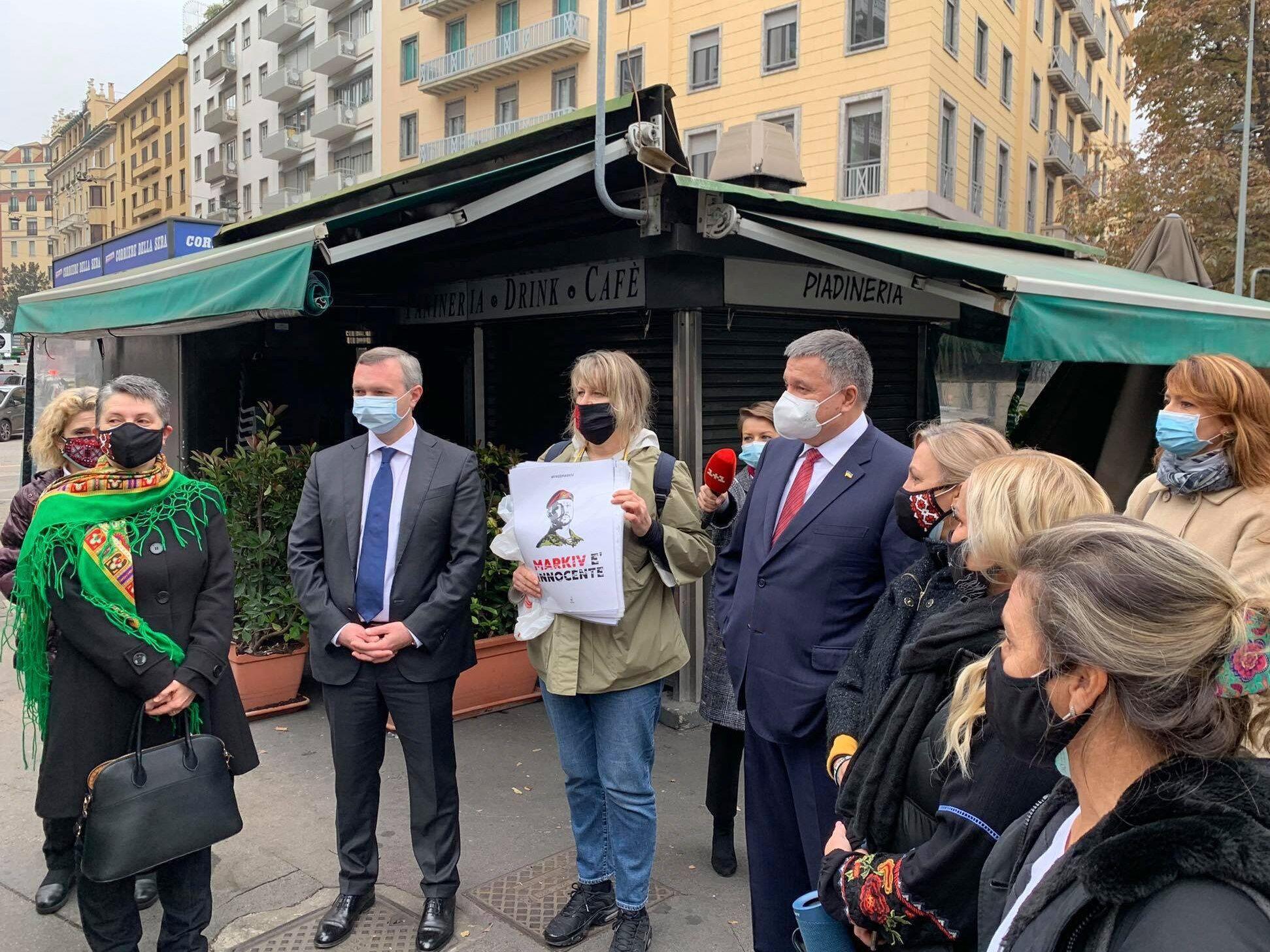 Украинцы пришли под здание суда