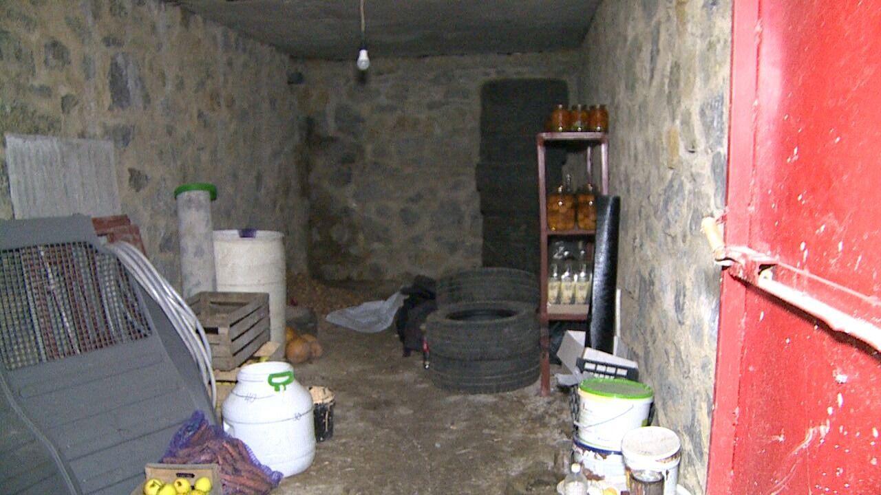 Потерпілого тримали у підвалі