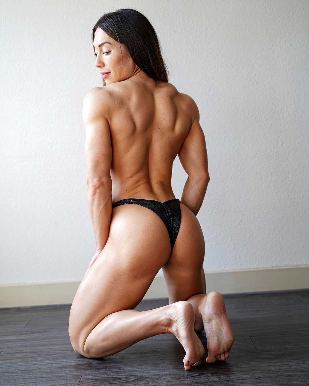 Эшли Лакомовски спиной