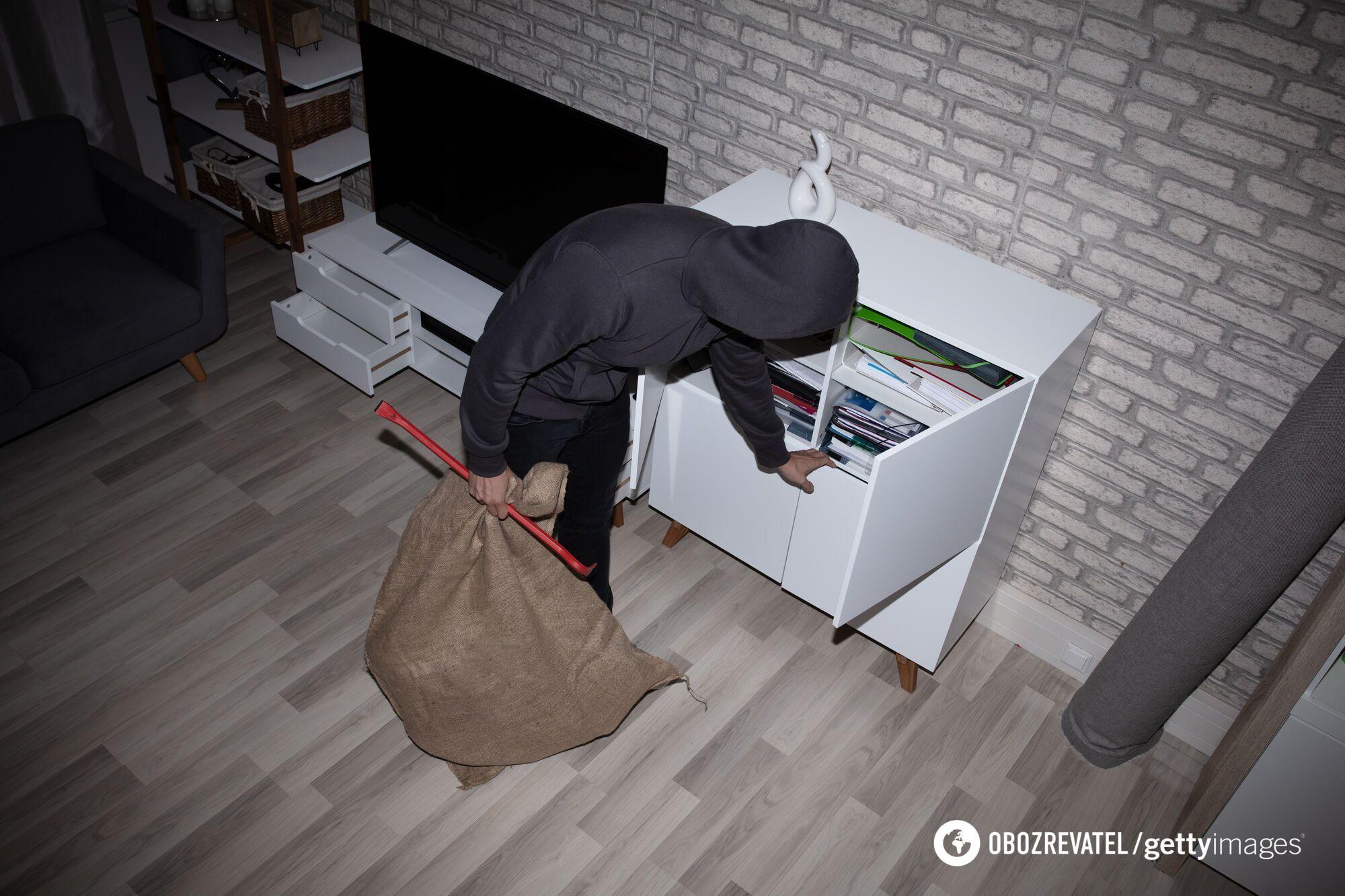 Пока один преступник отвлекает хозяев квартиры, другой ищет ценные вещи