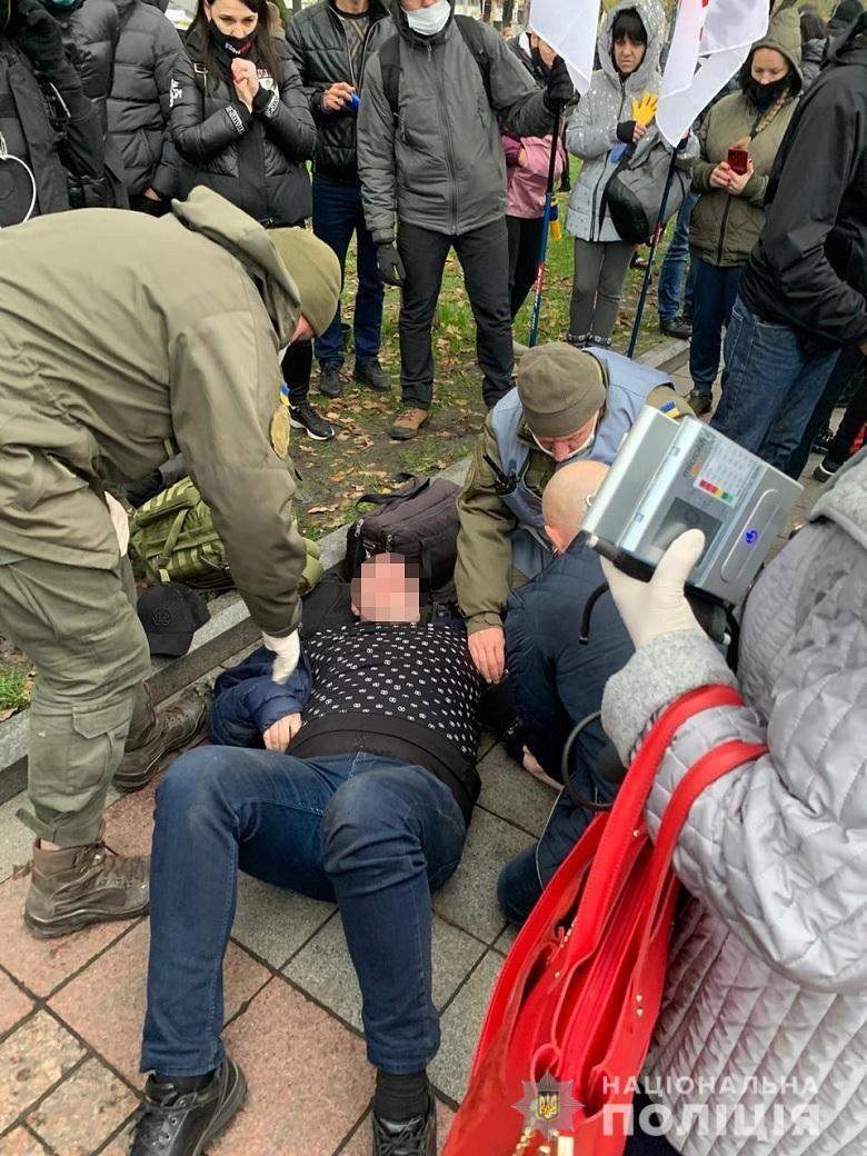Одному из участников митинга стало плохо.