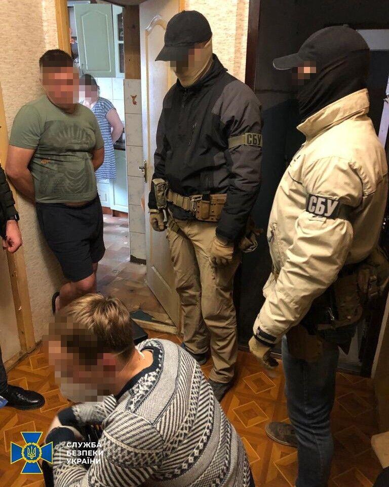 Під час обшуків було виявлено та вилучено близько 150 підроблених паспортів