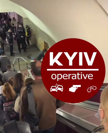 У метро Києва помер чоловік