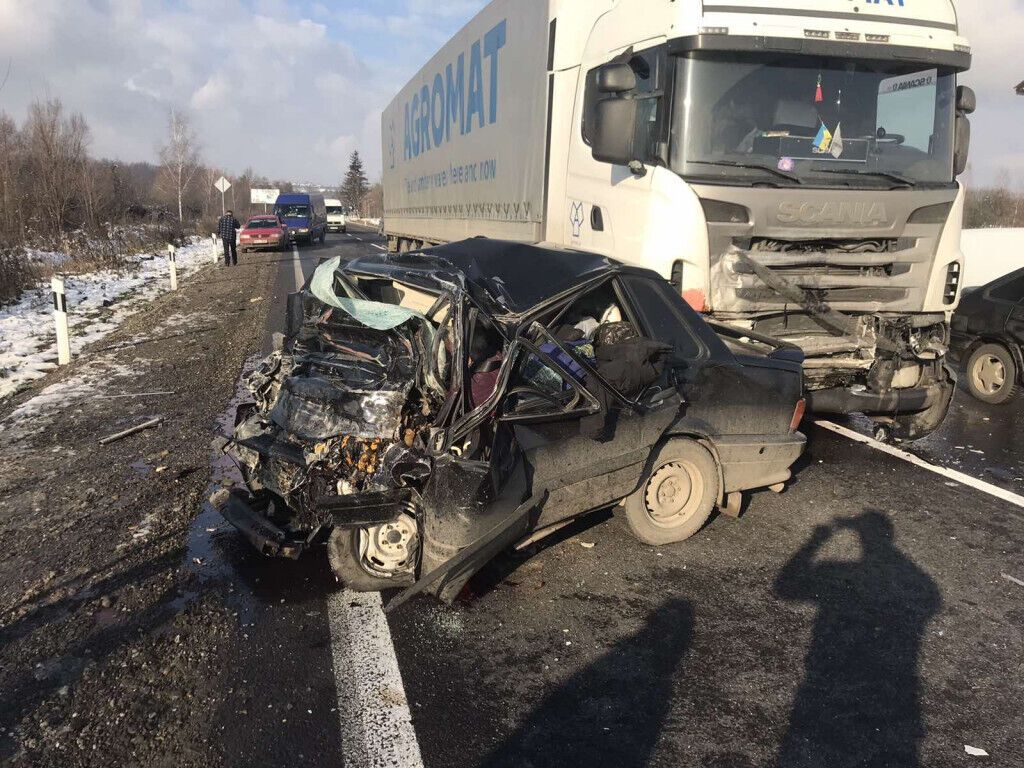 Під Мукачевом зіткнулися вантажний автомобіль SCANIA та легковик ВАЗ