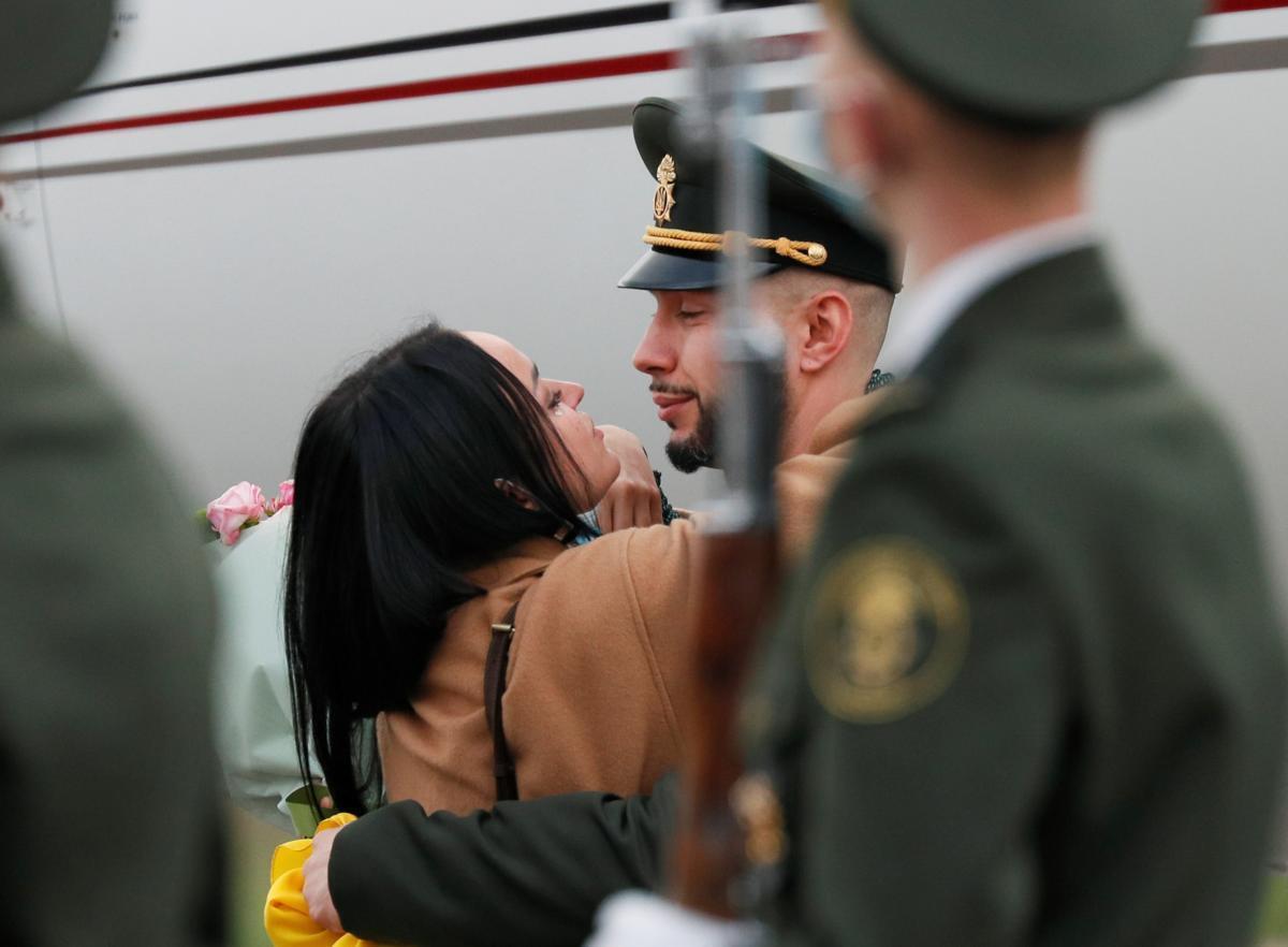 У Києві Віталій Марків нарешті зміг обійняти дружину після більш ніж 3 років розлуки.