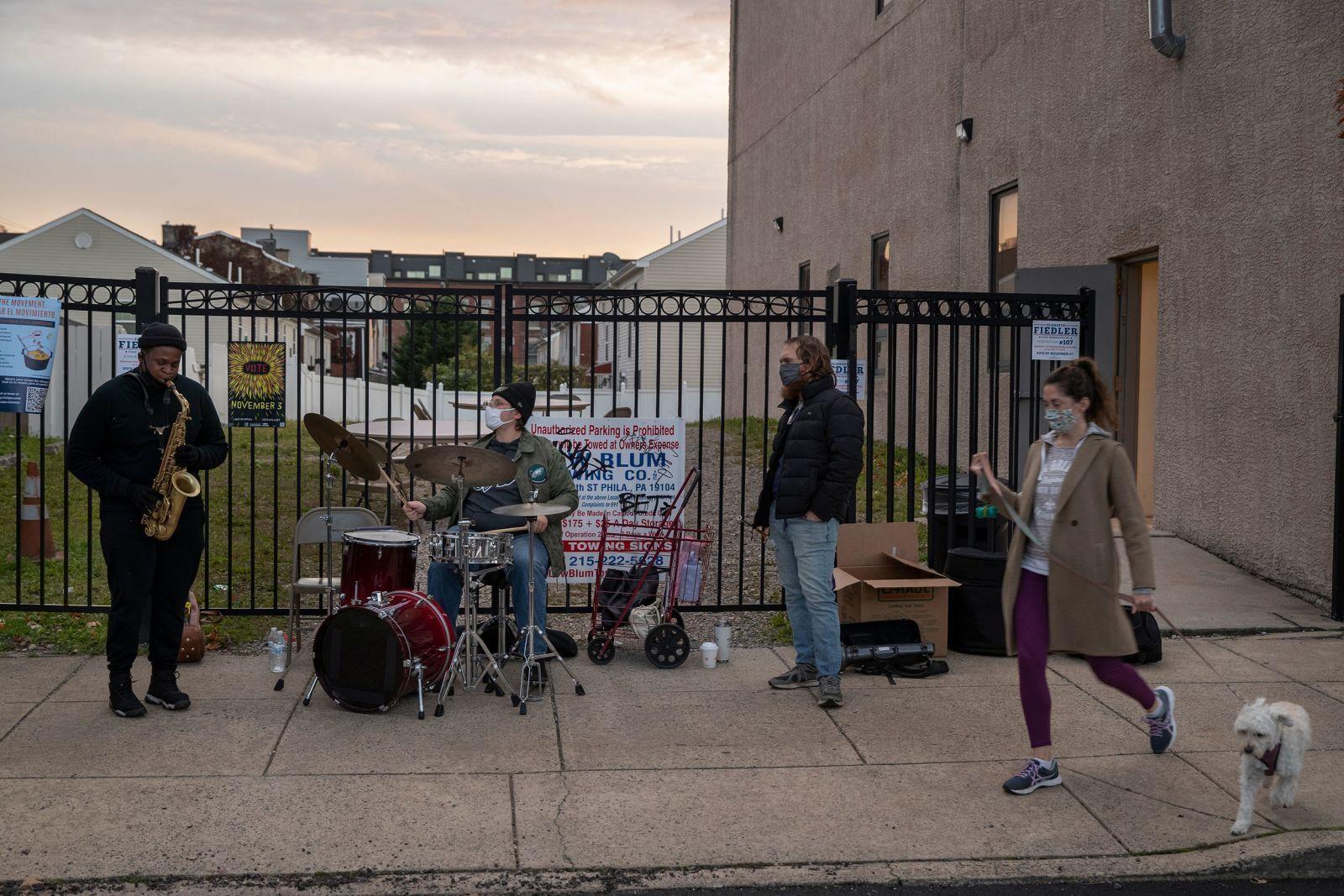 Джазовая группа играет для избирателей у церкви в Филадельфии
