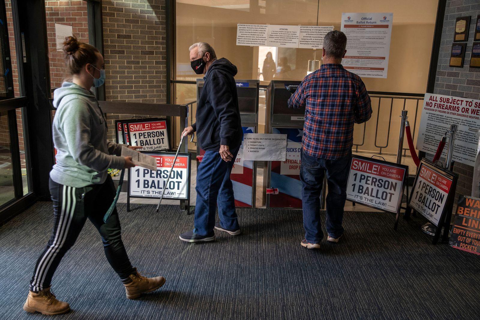 Избиратели оставляют свои бюллетени в урне в Дойлстауни, штат Пенсильвания