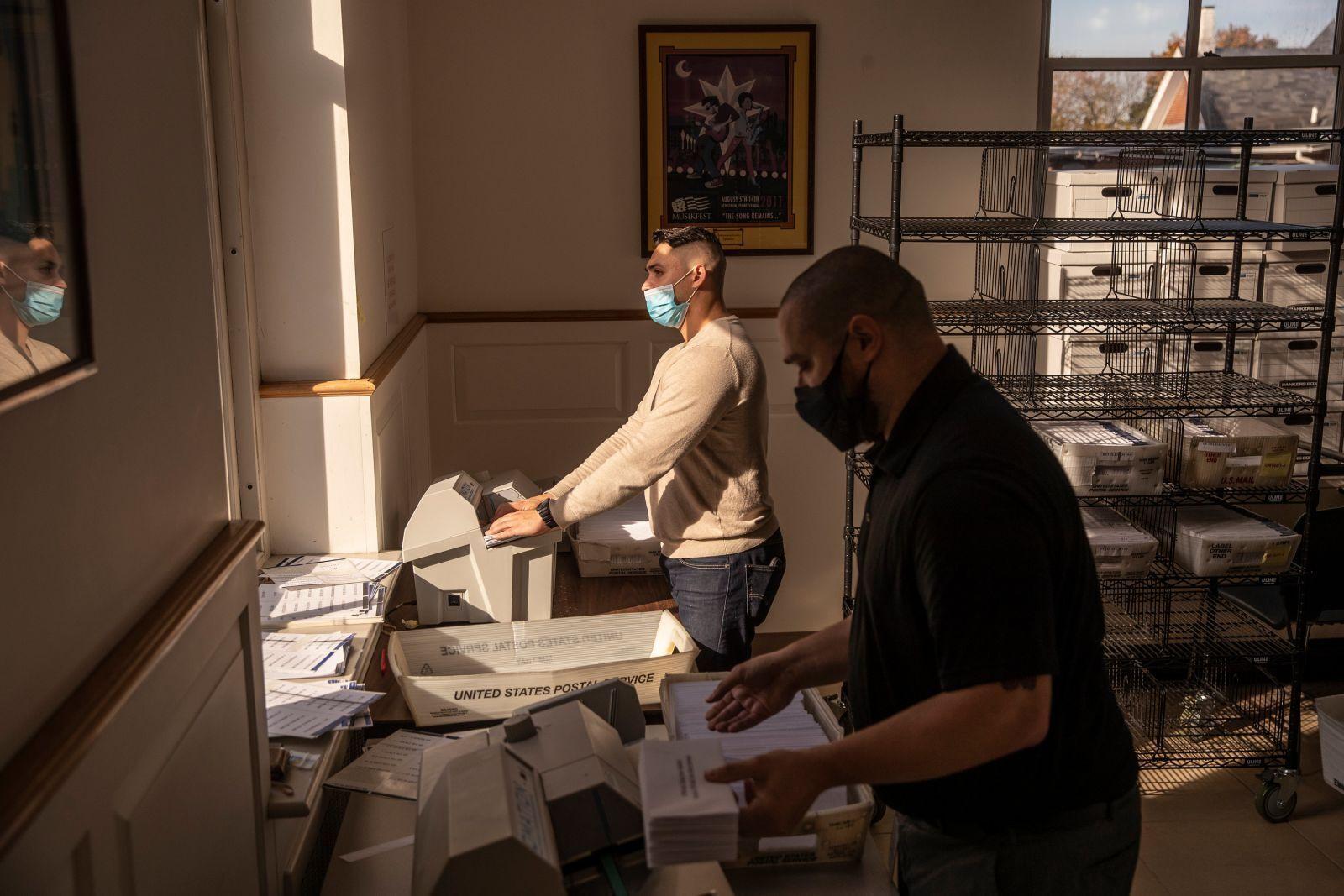Работники обрабатывают бюллетени, поступающих по почте