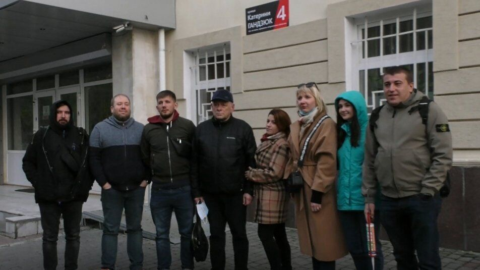 Віктор Гандзюк (у центрі)
