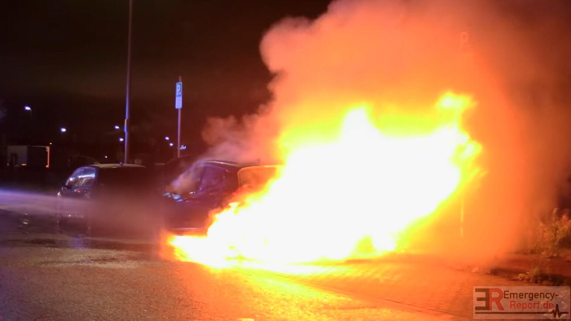 Несмотря на все усилия, пожар не утихал и спустя некоторое время перекинулся к задней части машины