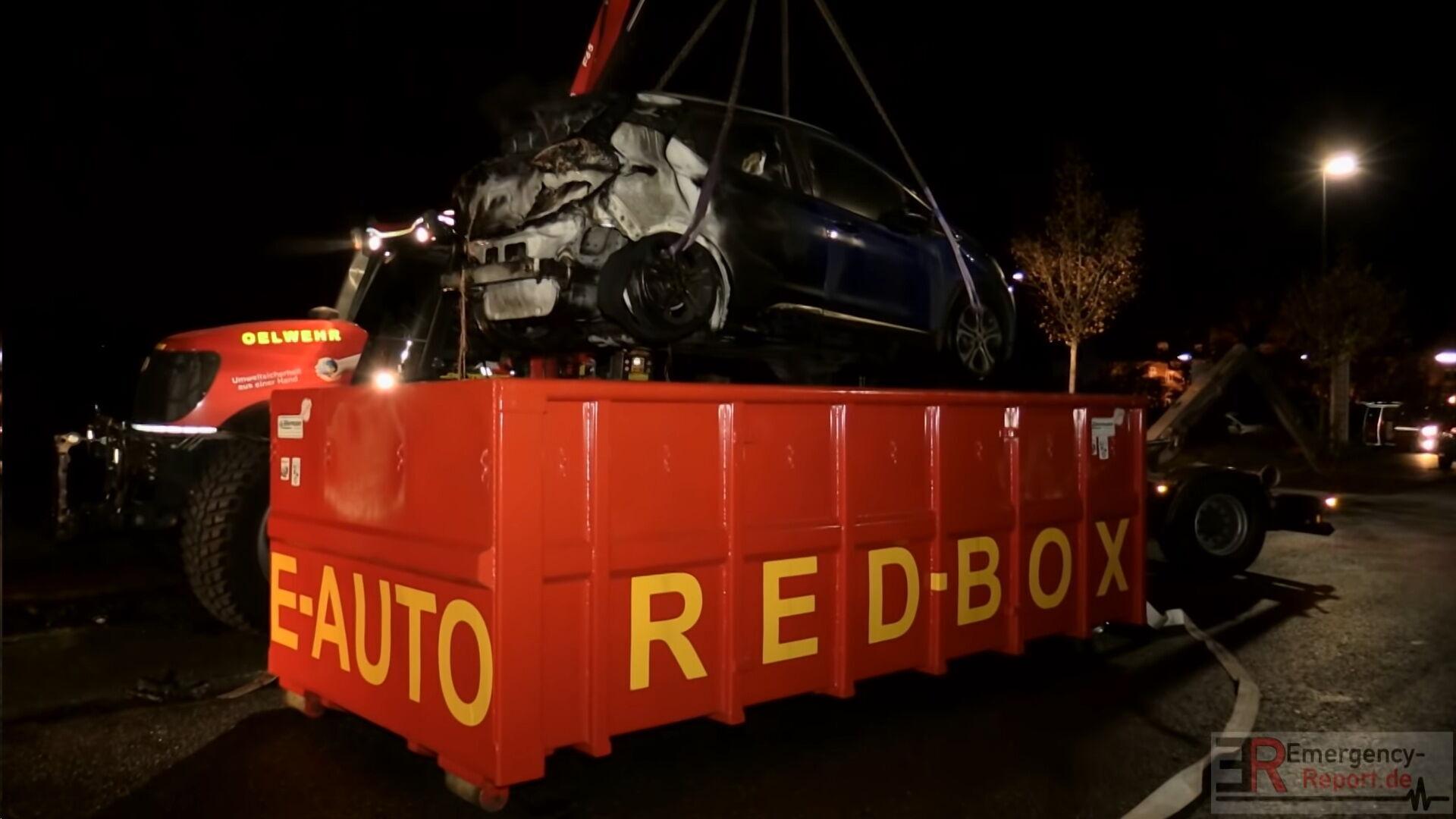 Для предотвращения повторного возгорания пожарные переместили электромобиль в специальный контейнер