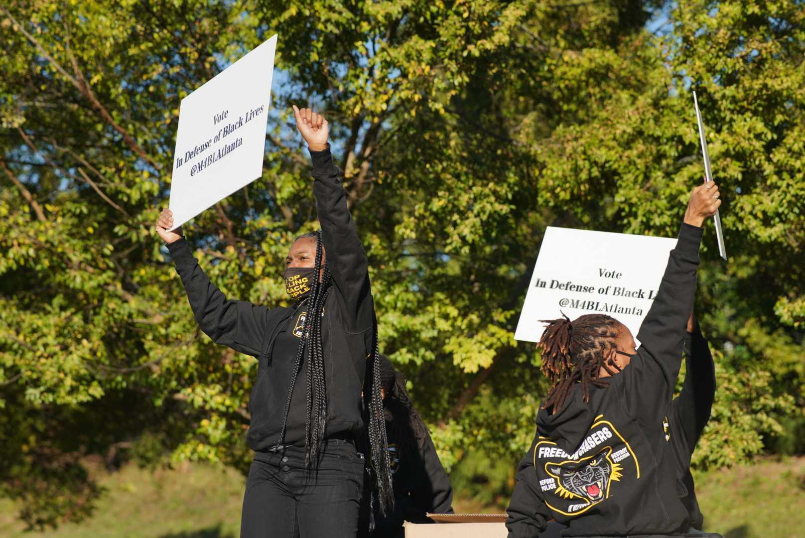 Возле участка голосования в Атланте устроили небольшой митинг