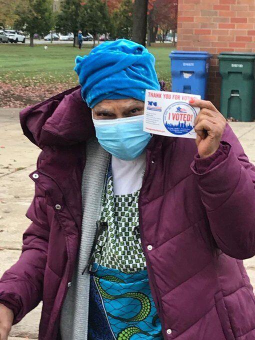 Пожилая женщина показывает распечатку о том, что проголосовала