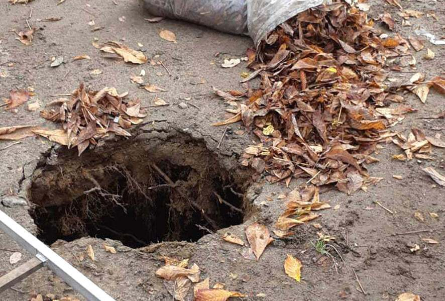 Дворник провалилась в 5-метровую яму