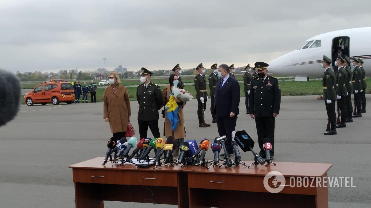 Виталий Маркив сошел с трапа самолета с флагом Украины