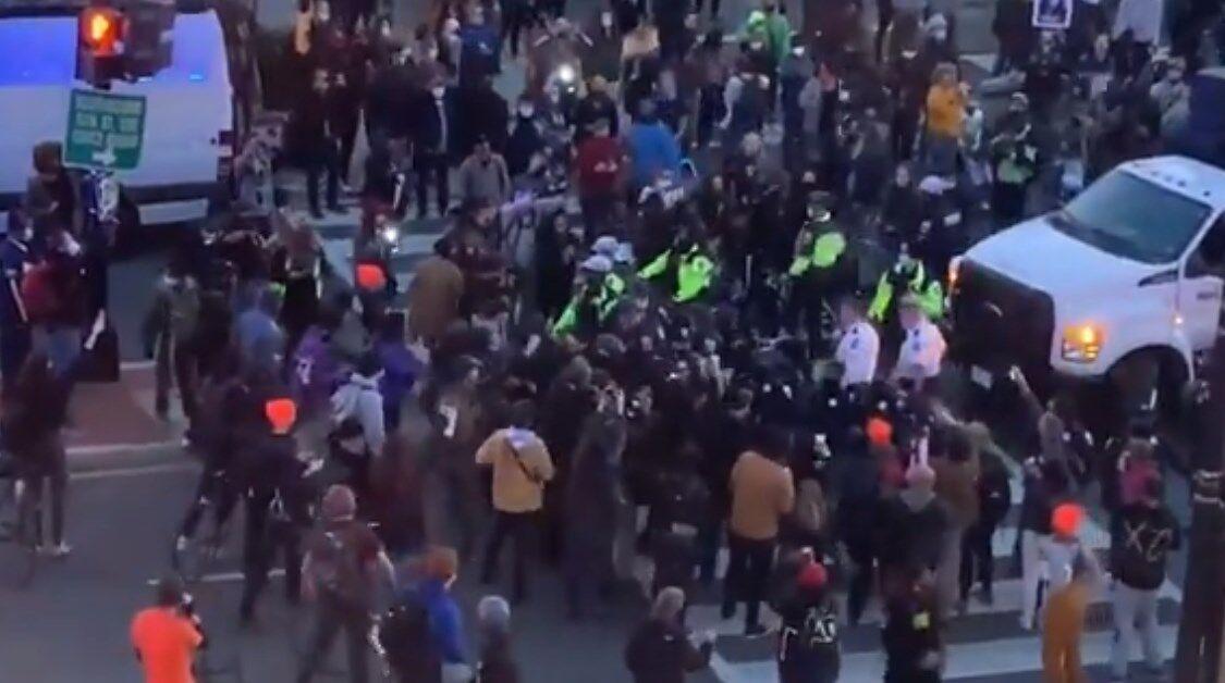 Зіткнення з поліцією в Вашингтоні.