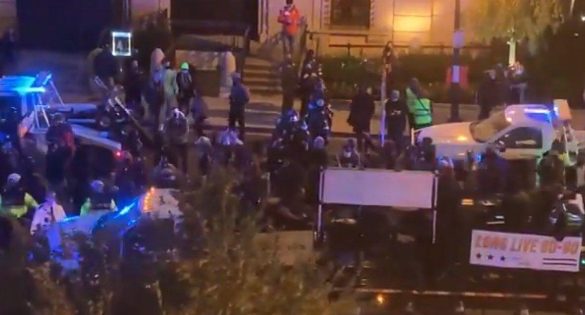 Активісти пригнали вантажівку з музичними колонками.