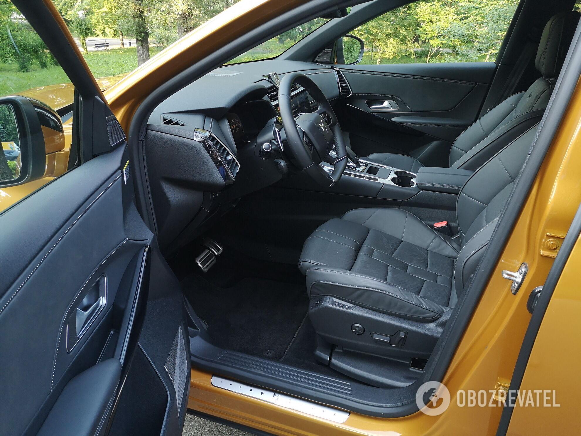 Водительское и пассажирское кресла у DS 7 Crossback не только снабжены всевозможными регулировками, но и имеют функцию массажа