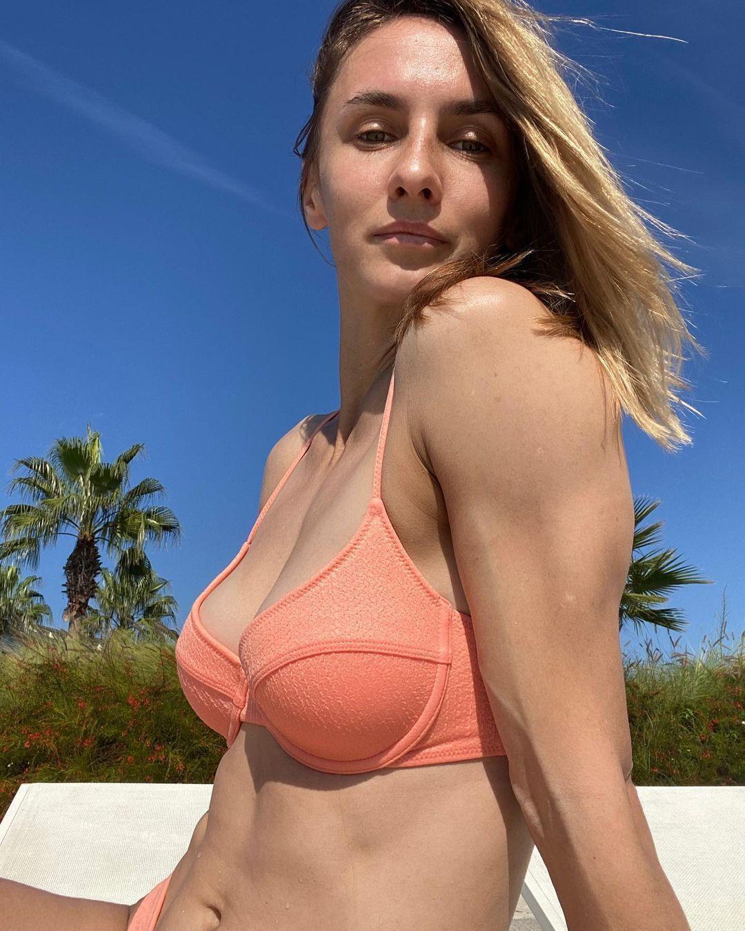 Леся Цуренко в рожевому купальнику