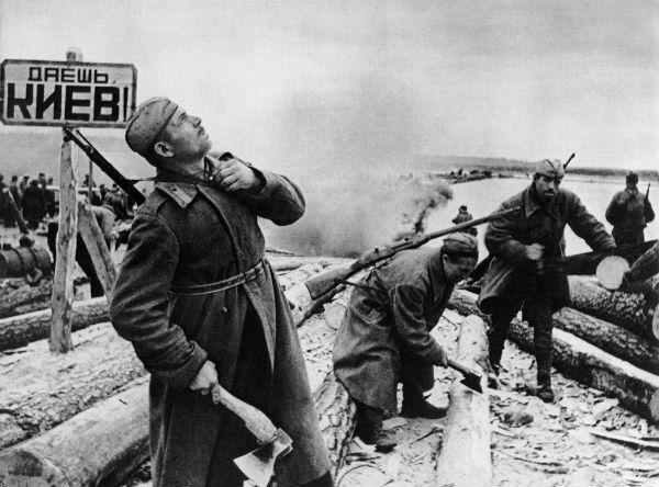Саперы готовят переправу, 1943 год. В небе, очевидно, происходит воздушный бой