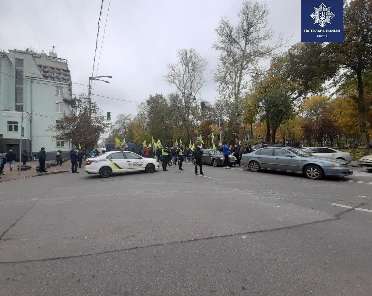 Мітингувальники перекрили частину вулиці Грушевського.