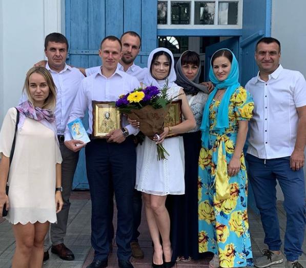 Александр и Вита с родными и друзьями после венчания