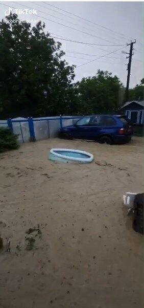 Господар двору розповідає, що вода залила машину і змила сітку, натягнуту біля будинку