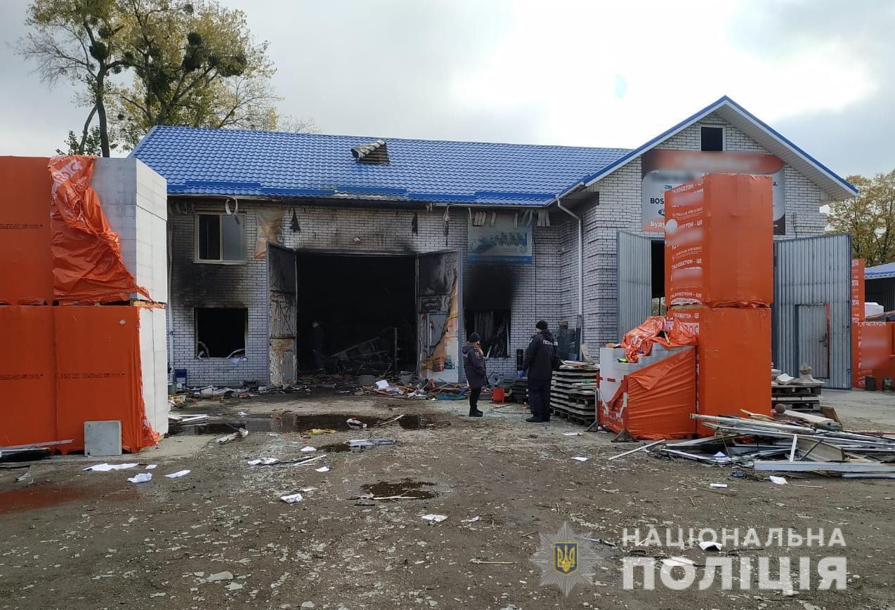 В результате взрыва пострадали двое работников магазина.