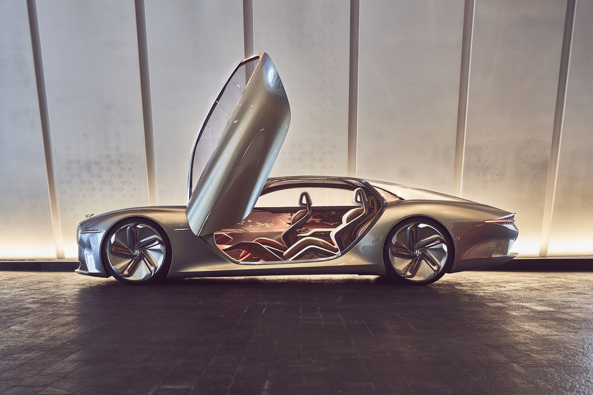 Предвестником электрических Bentley можно считать футуристический концепт EXP 100 GT