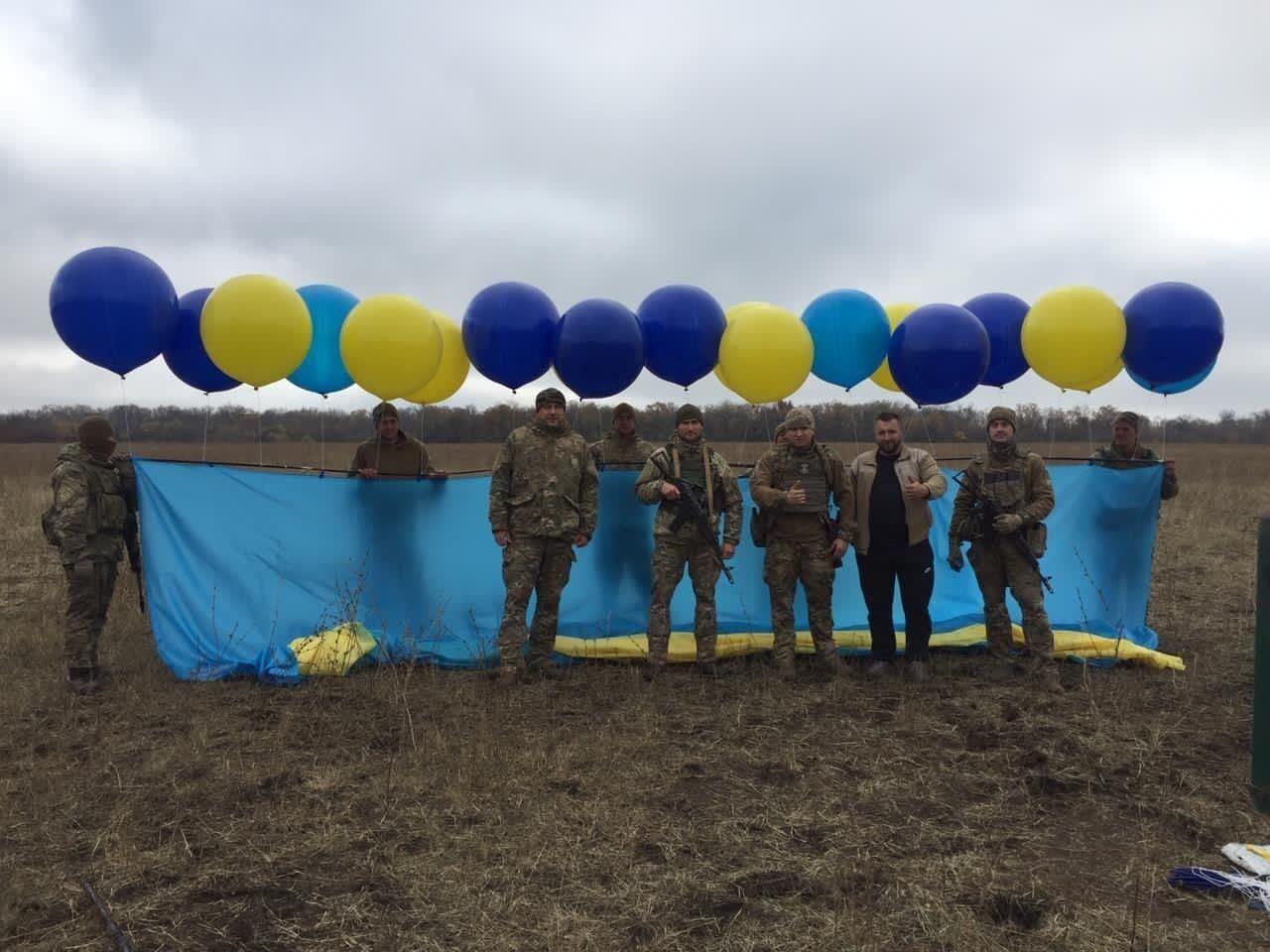 Защитники Украины на фоне флага, который полетел в Луганск.