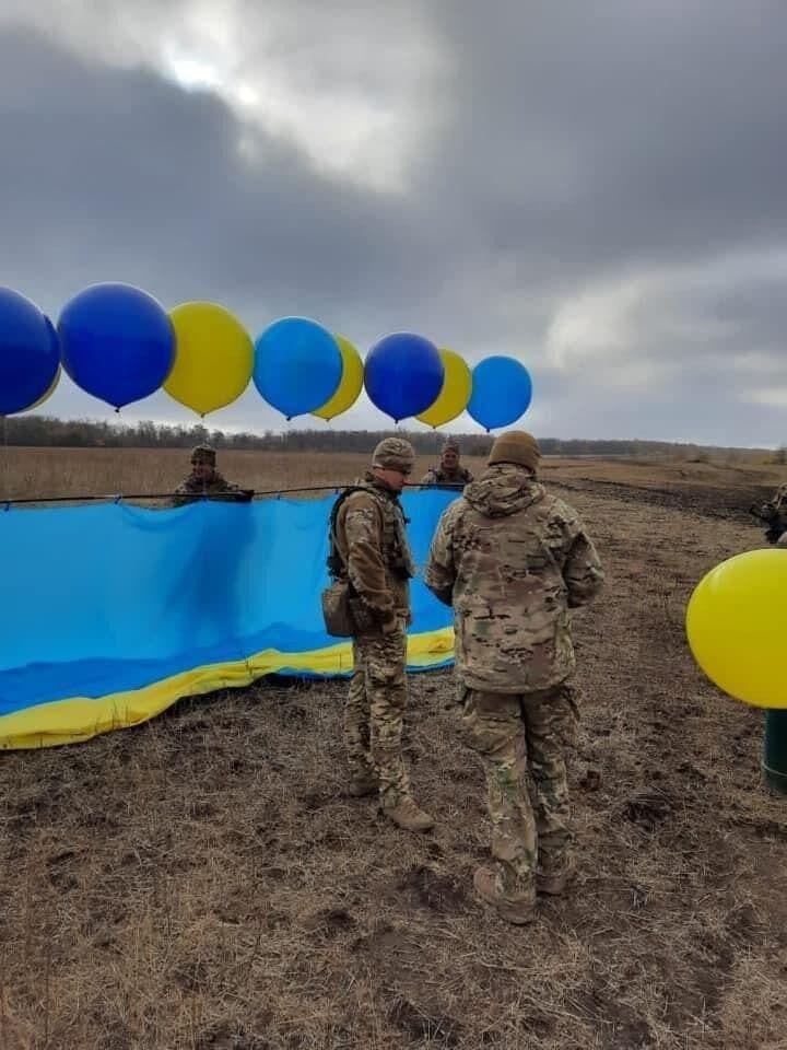 Из Золотого в Луганск по небу отправили большой флаг Украины.