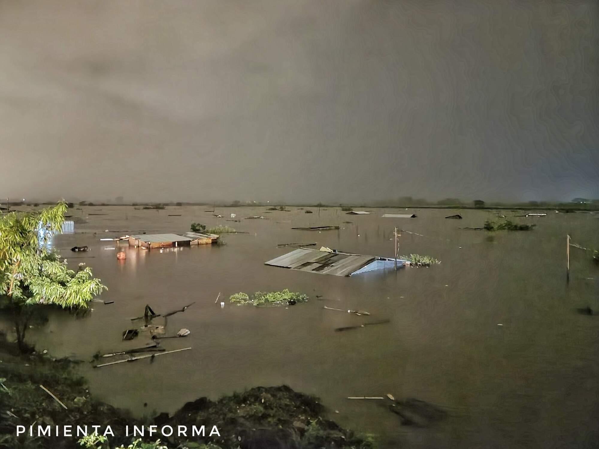 Сотні жителів Гондурасу знімали з дахів через паводок.