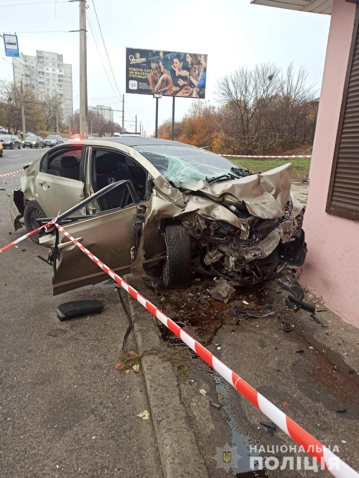 Honda Civic отбросило в остановку