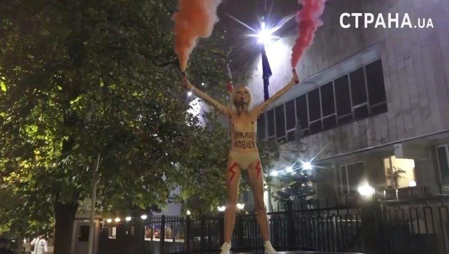 Активистка Femen разделась возле посольства Польши в Киеве.
