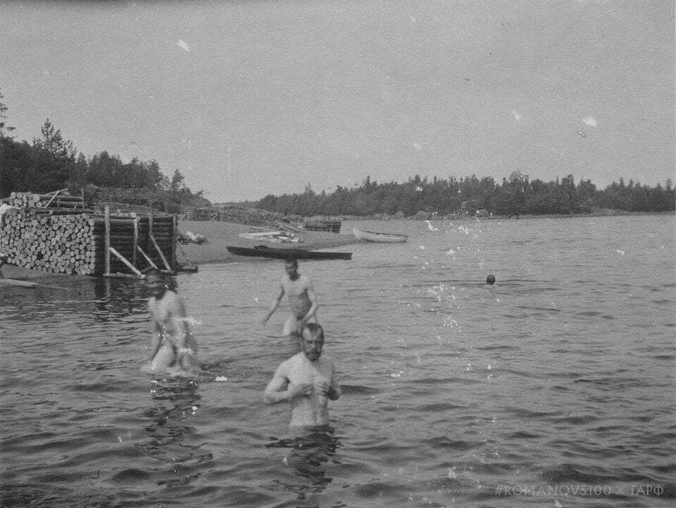 Николай II купается в реке
