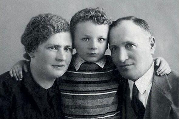 Жванецький в дитинстві з батьками