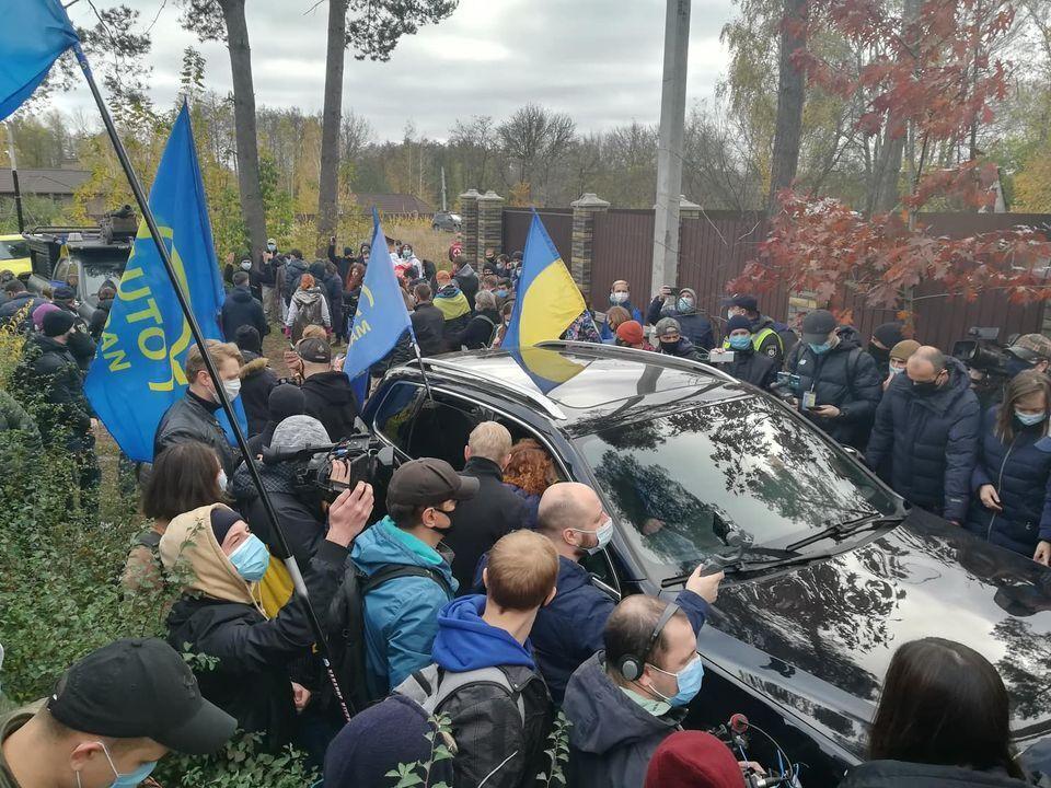 Біля будинку Тупицького зібралося більше сотні людей