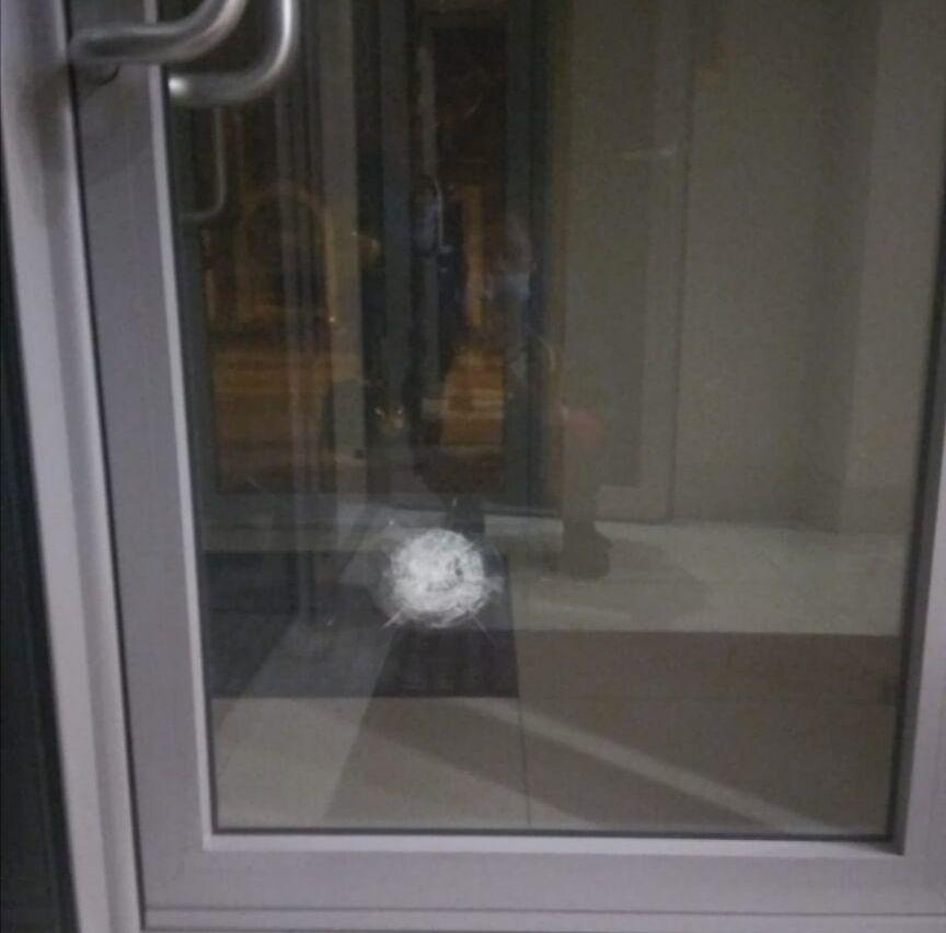 Унаслідок обстрілу пробито вікно і вхідні двері
