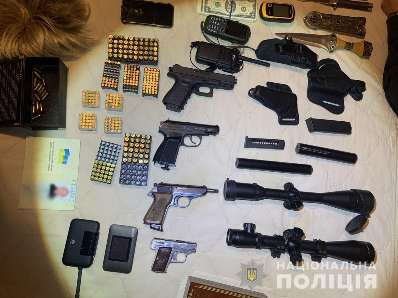 Під час обшуків знайшли арсенал зброї