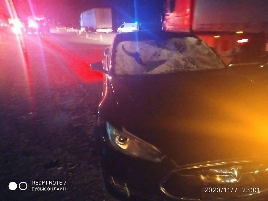 Водій Tesla S збив двох парубків біля Буська