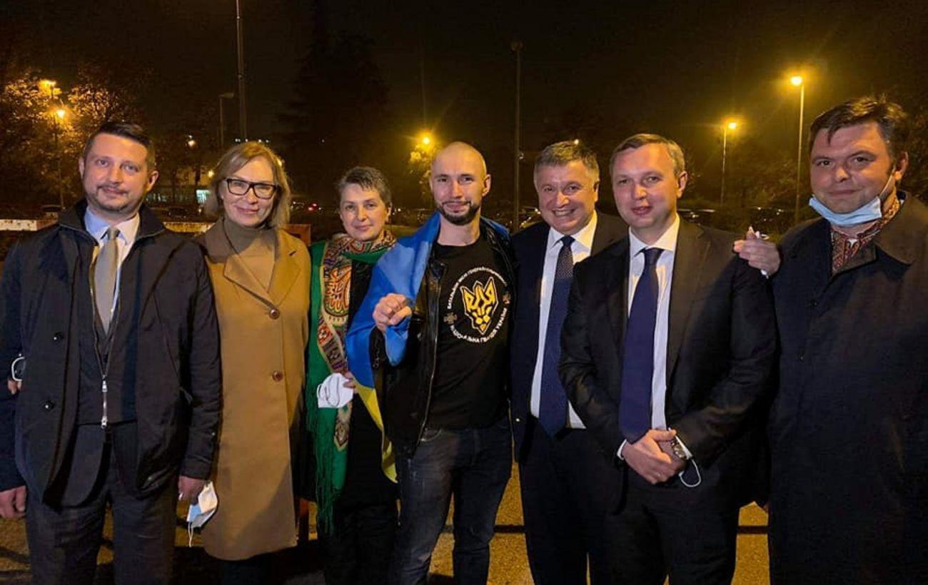 """Виталий Маркив с """"группой поддержки"""" сразу после освобождения 3 ноября"""