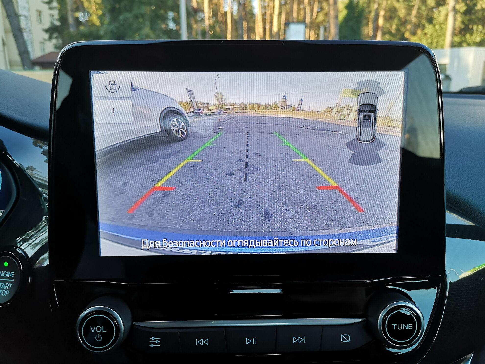 Широкоугольная камера заднего вида обеспечивает отличный обзор при парковке