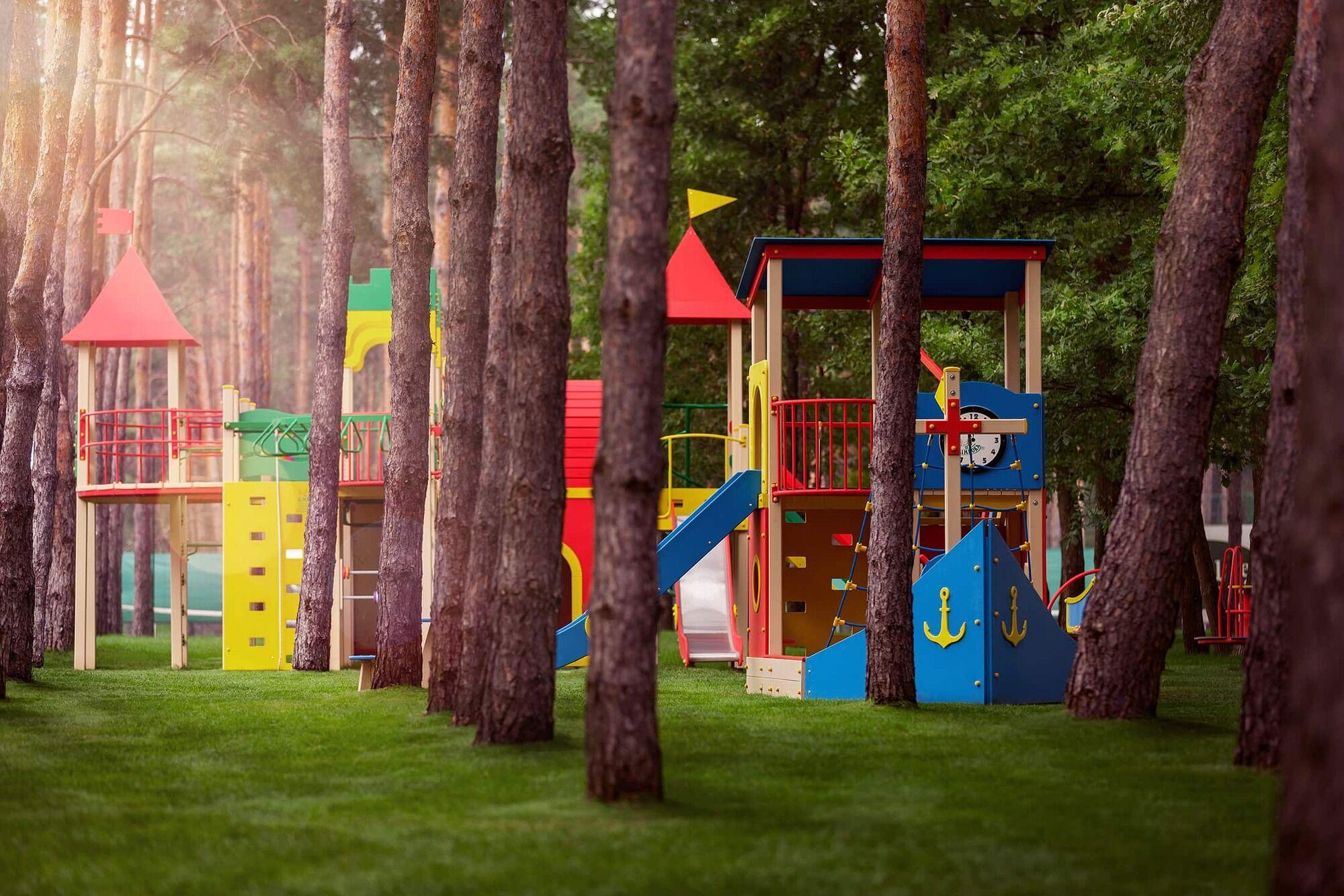 На території котеджного містечка є дитячий сад.