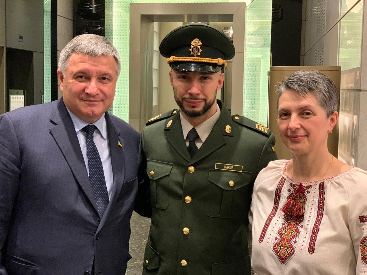 Слева направо: министр внутренних дел Арсен Аваков, Виталий Маркив и его мама Оксана Максимчук