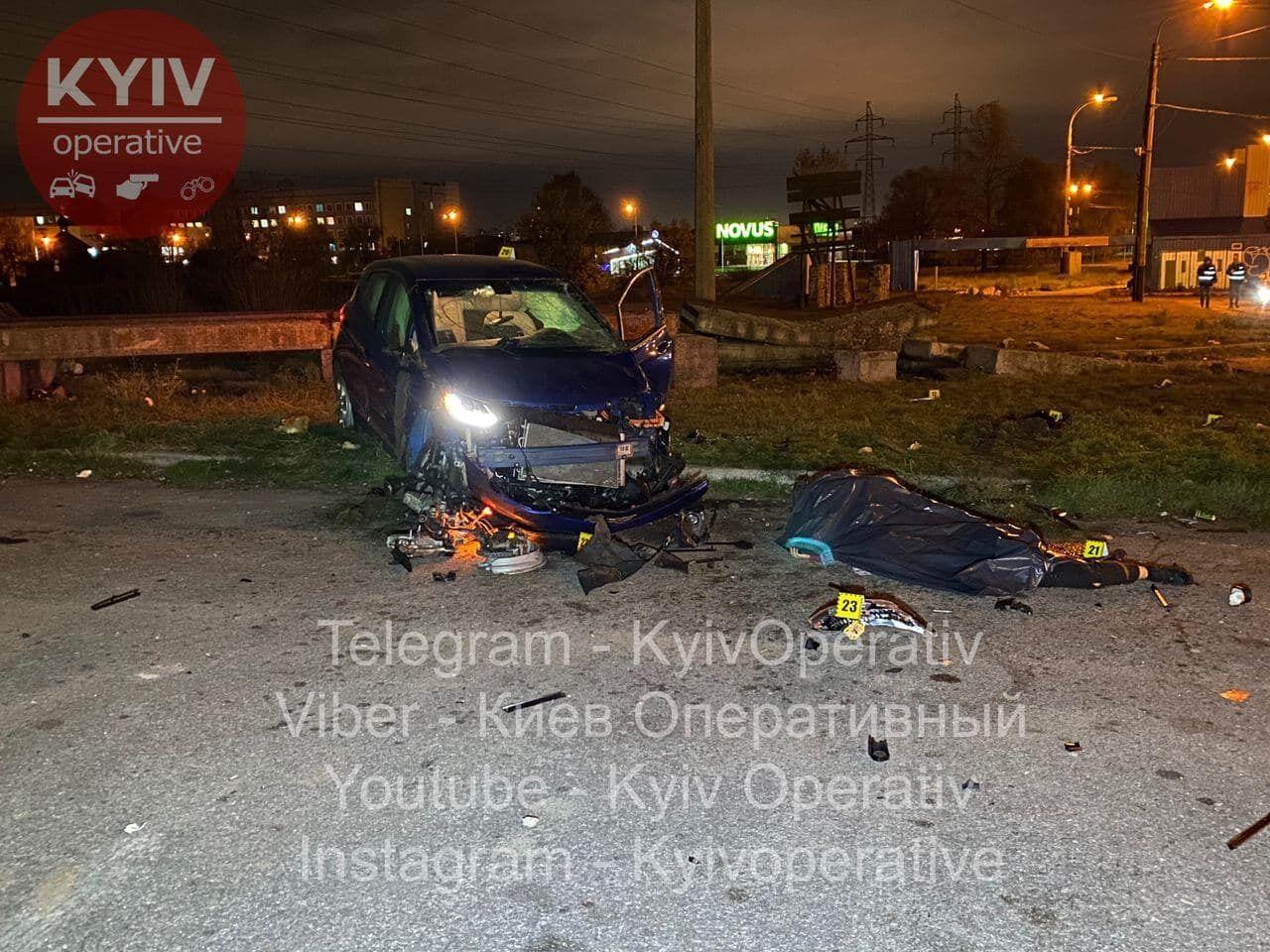 Chevrolet злетів з дороги і врізався в стовпчик