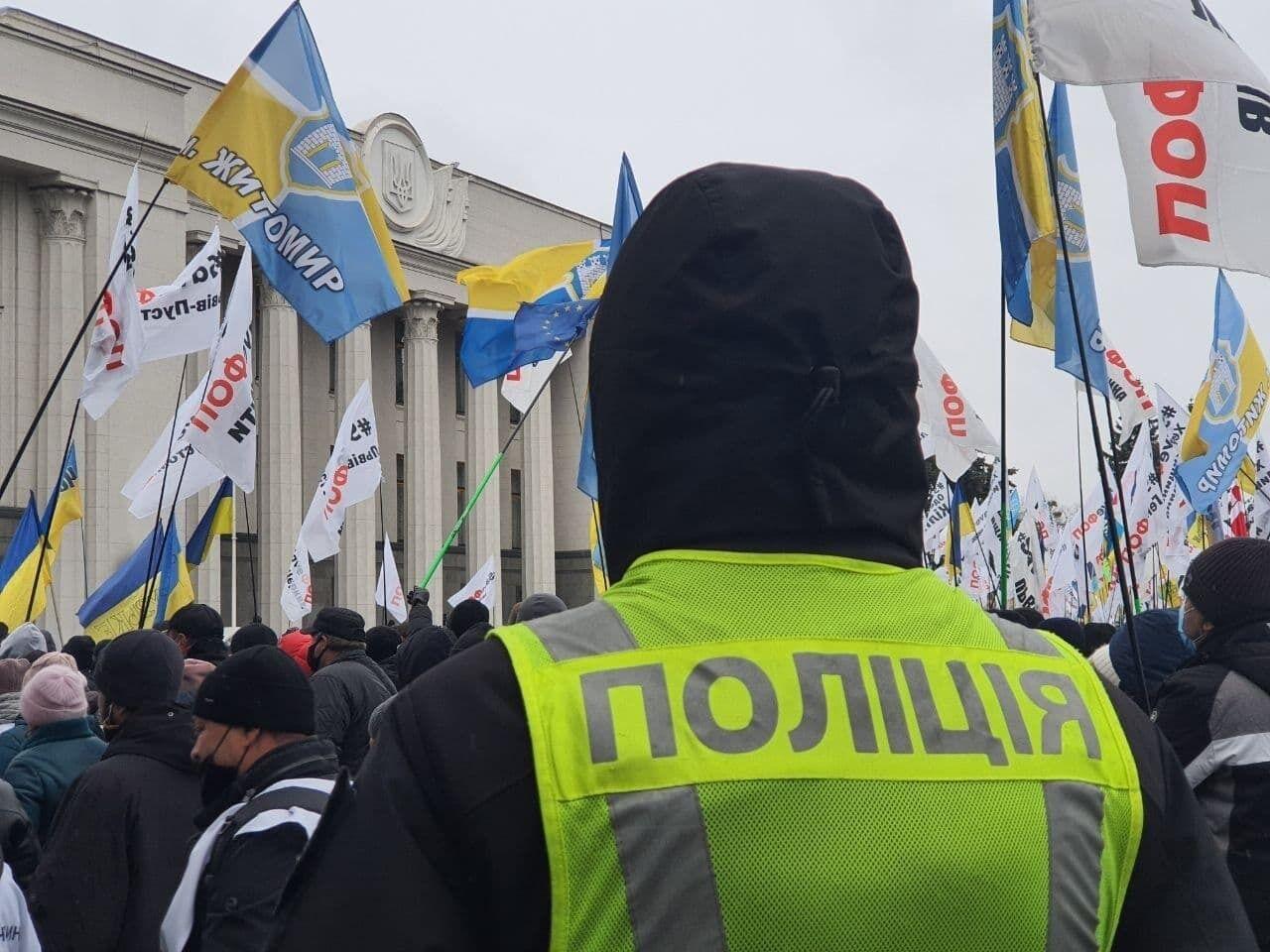 Полиция охраняет митинг.