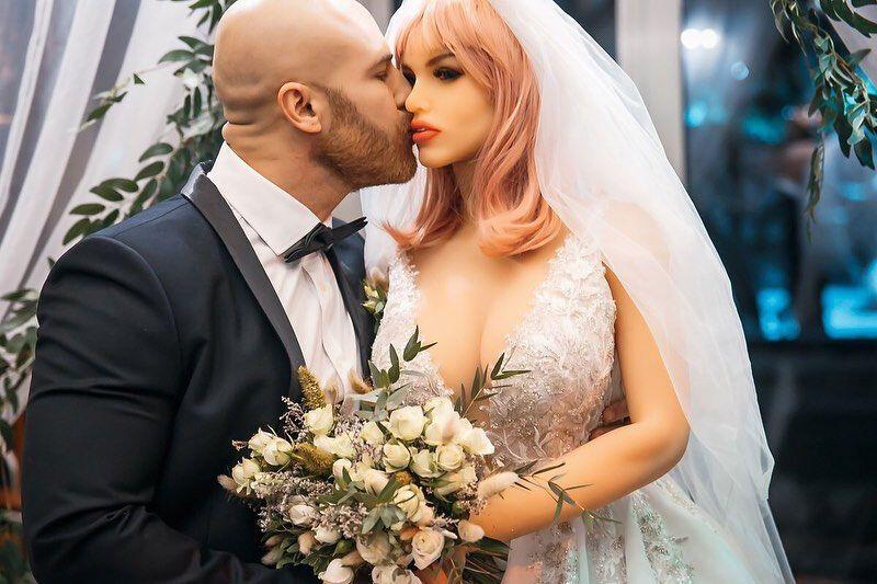 Юрій Толочко поцілував свою нову дружину