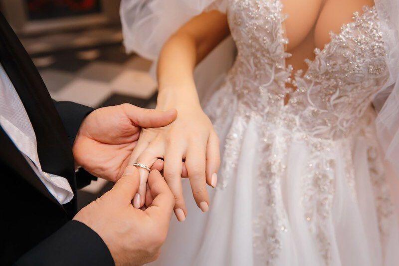 Юрій Толочко надів перстень Марго на палець