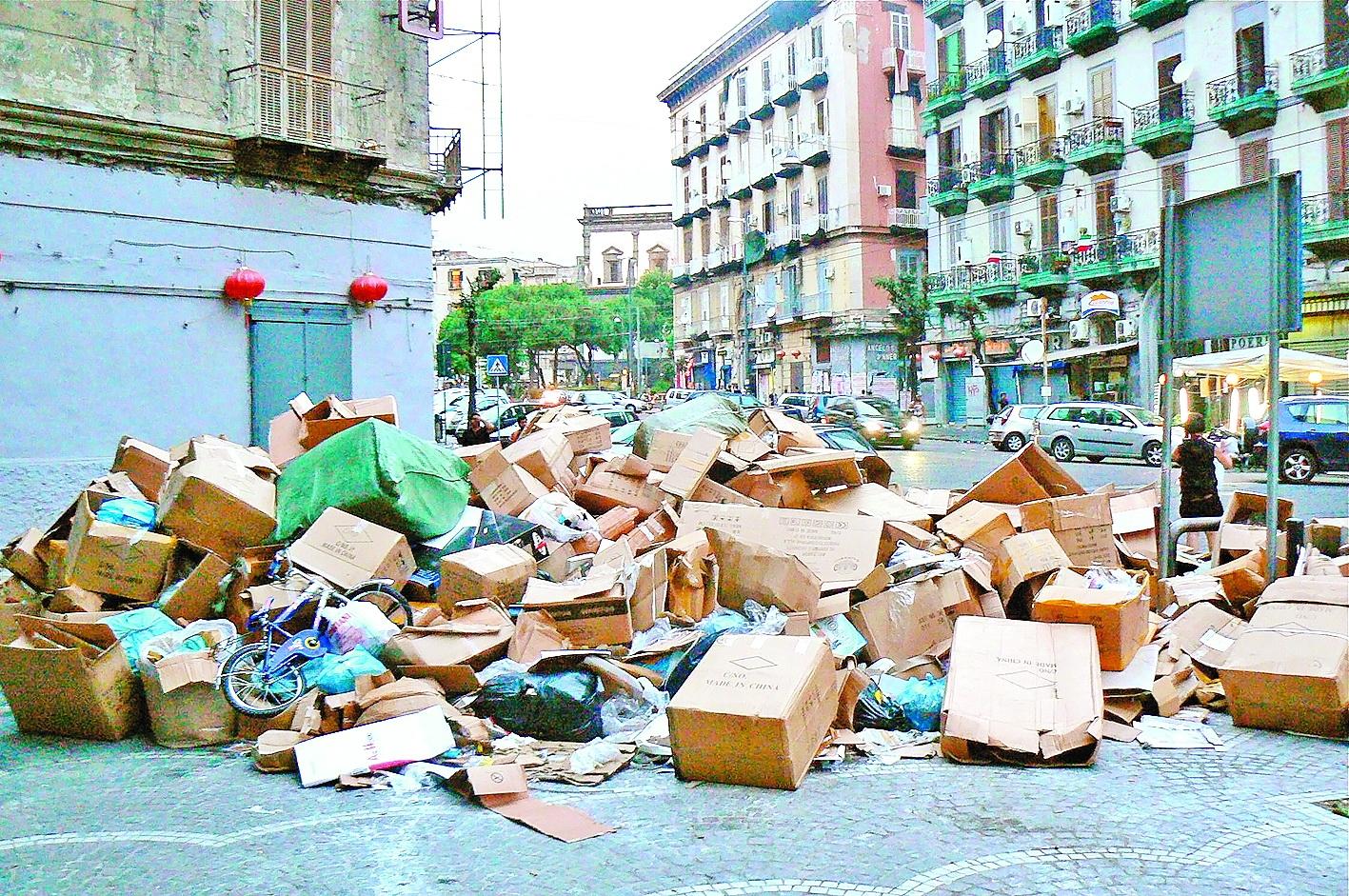 Выбрасывать старые вещи из окон – одна из самых популярных традиций в Новый год в Италии