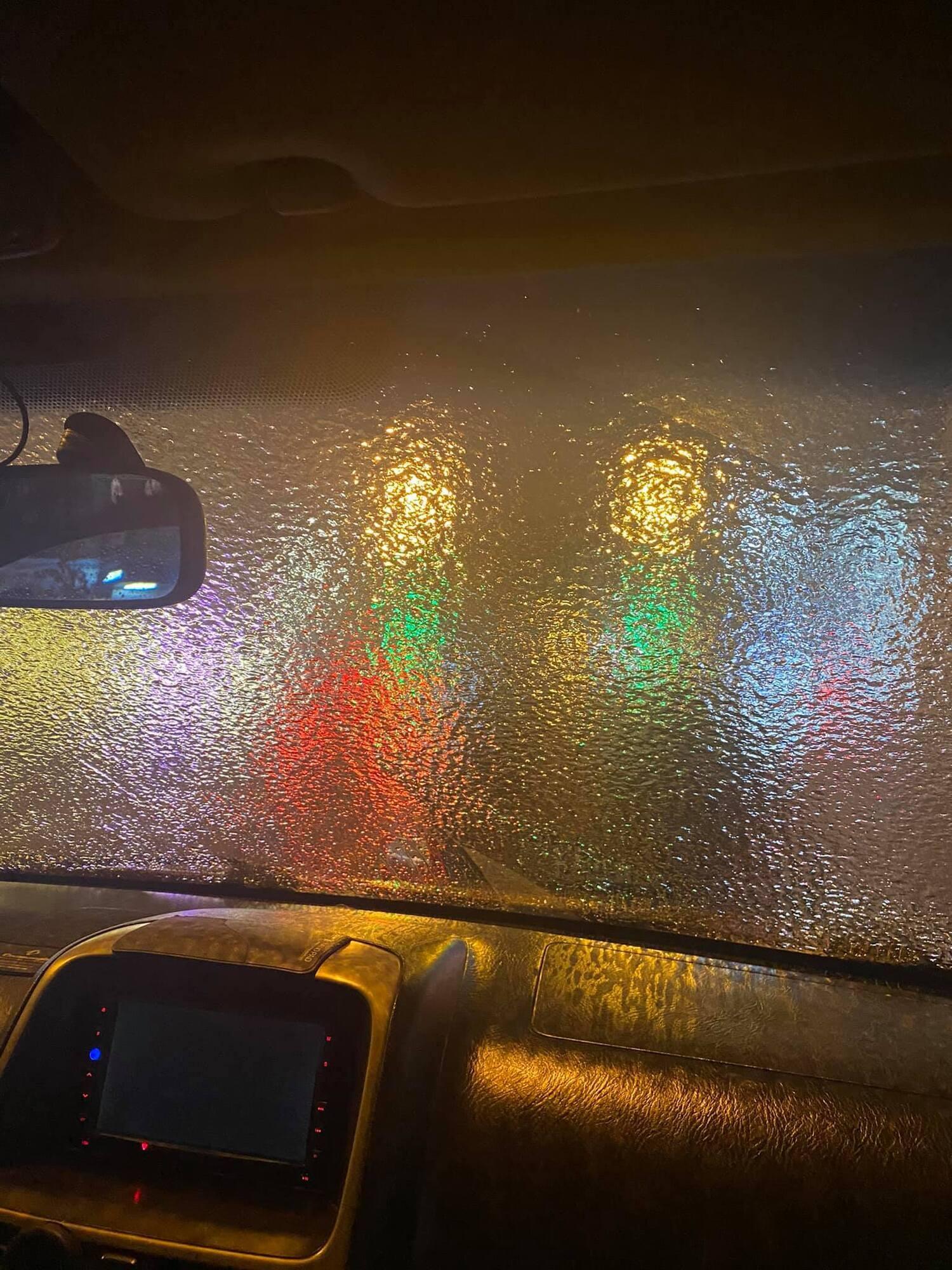 Шар льоду на склі автомобіля